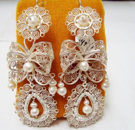 Aretes oaxaqueños de moños en filigrana de plata y perlas.   Sterling  filigree earrings with bows and pearls fa02c6ebe39