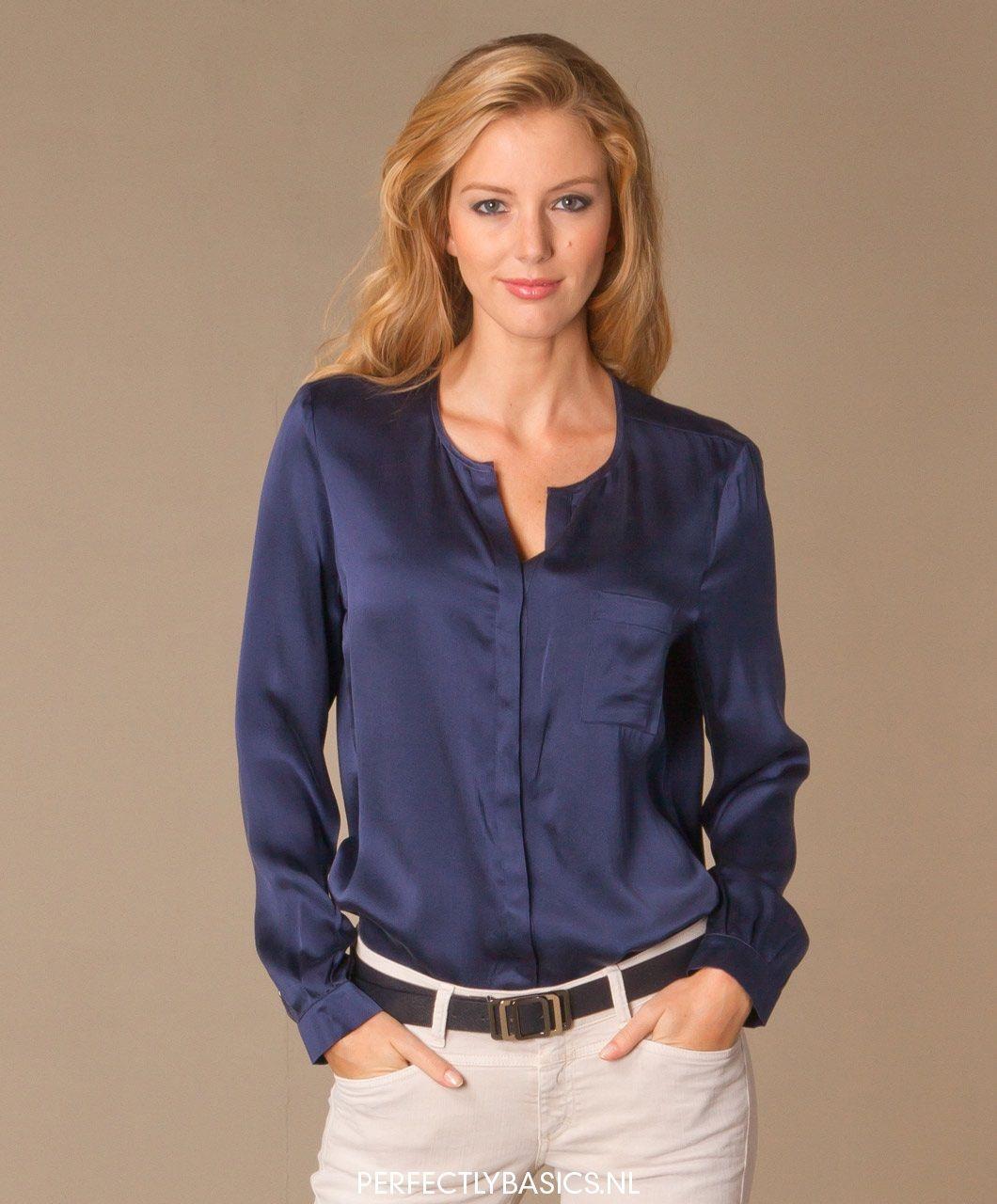 donkerblauwe satijnen blouse