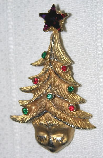 This eyelash face tree pin from Tancer II has the same star