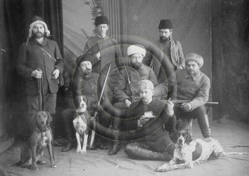 Evon kurssi 1888-1890 ryhmäkuvassa metsästysvarusteineen ja koirineen. // Course 1888 - 1890 of Evo photographed.