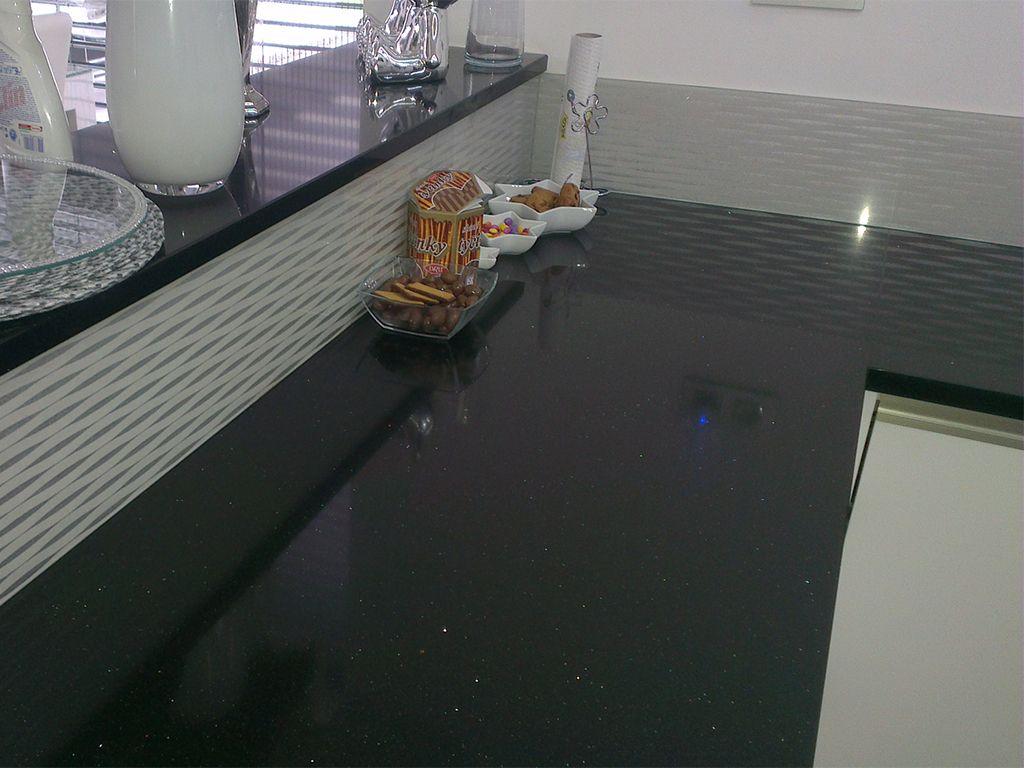 Kuchynská zástena z lepeného bezpečnostného skla s tapetou.
