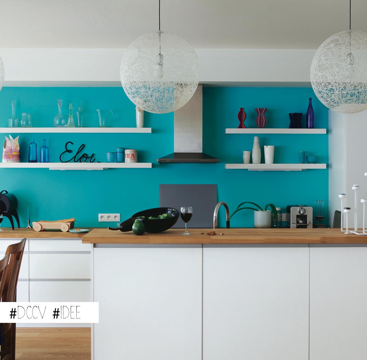 Cuisine Blanche Et Bleu idée maline : égayer une cuisine blanche en peignant le mur