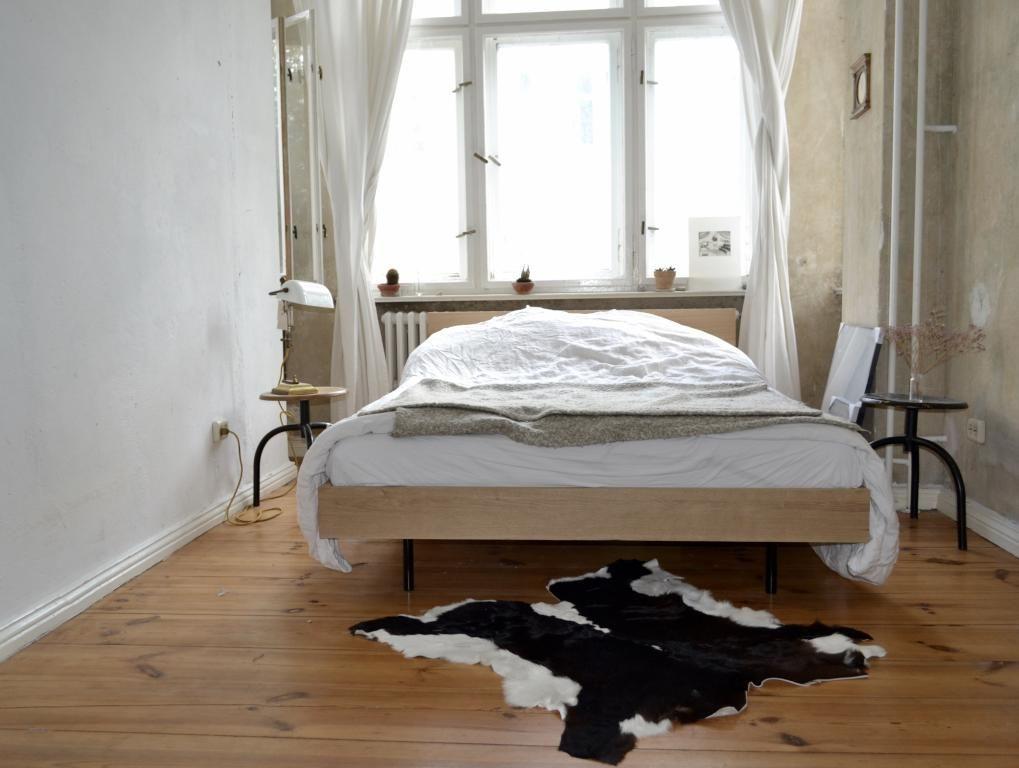 Schlafzimmer Berlin ~ Lichtdurchflutetes schlafzimmer mit großem weißen bett für