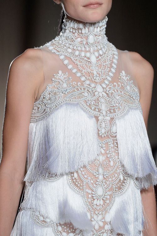 Marchesa RTW S/S 2013 前年好流行流苏的设计。这种材料的更加表现了女性的婀娜多姿。裙子的上下摆动让步行变地更加优美。这种镶嵌的方法是否来源于印度的风格和西方晚装的 风格相结合? The most important thing to make something in class room is to be realistic, stick with budget is very essential for any of poor fashion students.