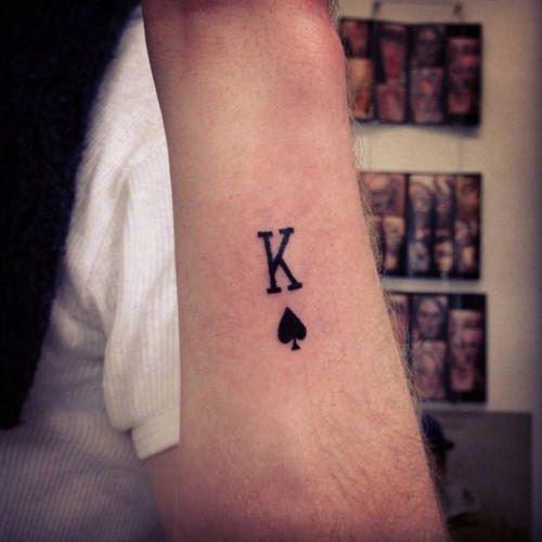 Pequeno Tatuaje Del Simbolo Del Rey De Picas Artista Tatuador