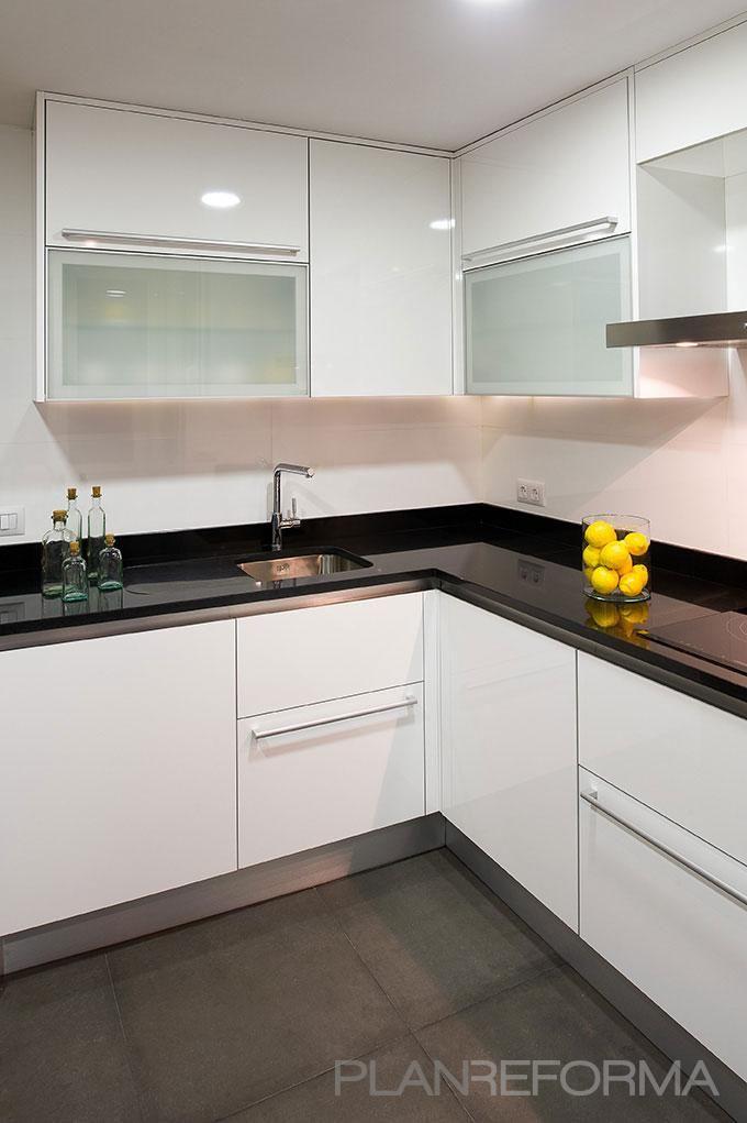 Cocina Estilo moderno Color blanco, negro diseñado por Estudio - Cocinas Integrales Blancas