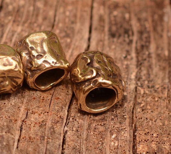 Twee buis kralen met hart in brons, 8d