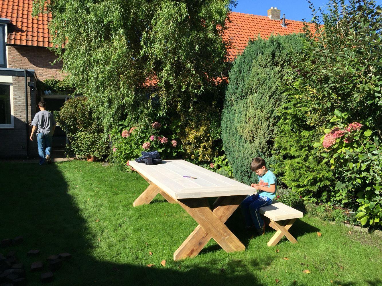 De nieuwe tuintafel komt al goed van pas. 25-09-2015