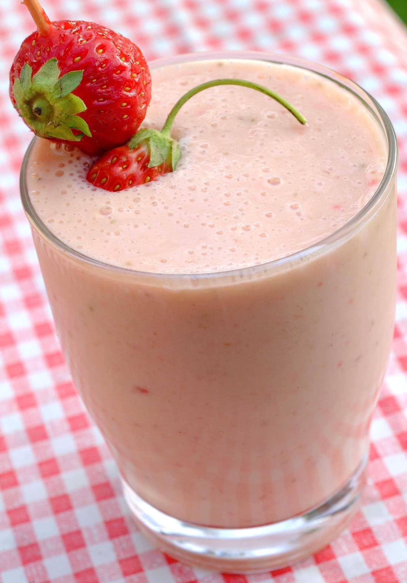 Herlig og kald fruktsmoothie smaker deilig i sola. Men den forfriskende drikken gjør seg også godt som et mellommåltid eller dessert.