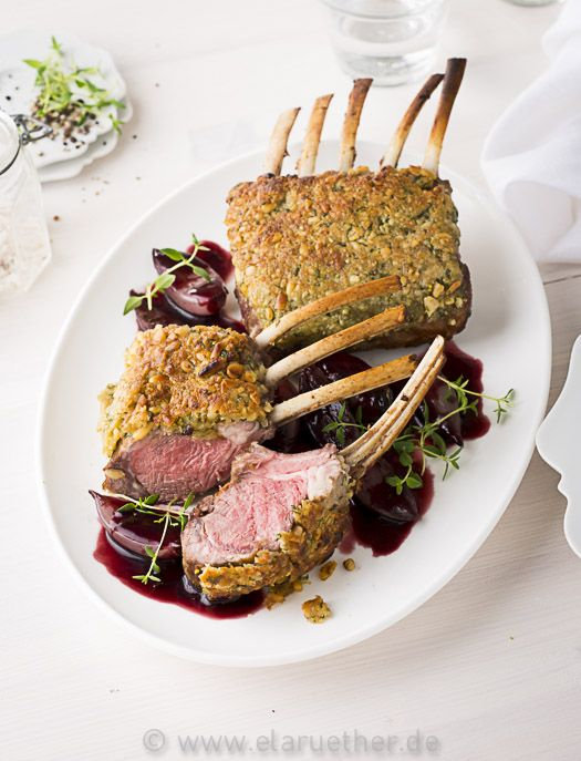 Lammkarree mit Pinienkern-Kräuterkruste und Rotweinschalotten