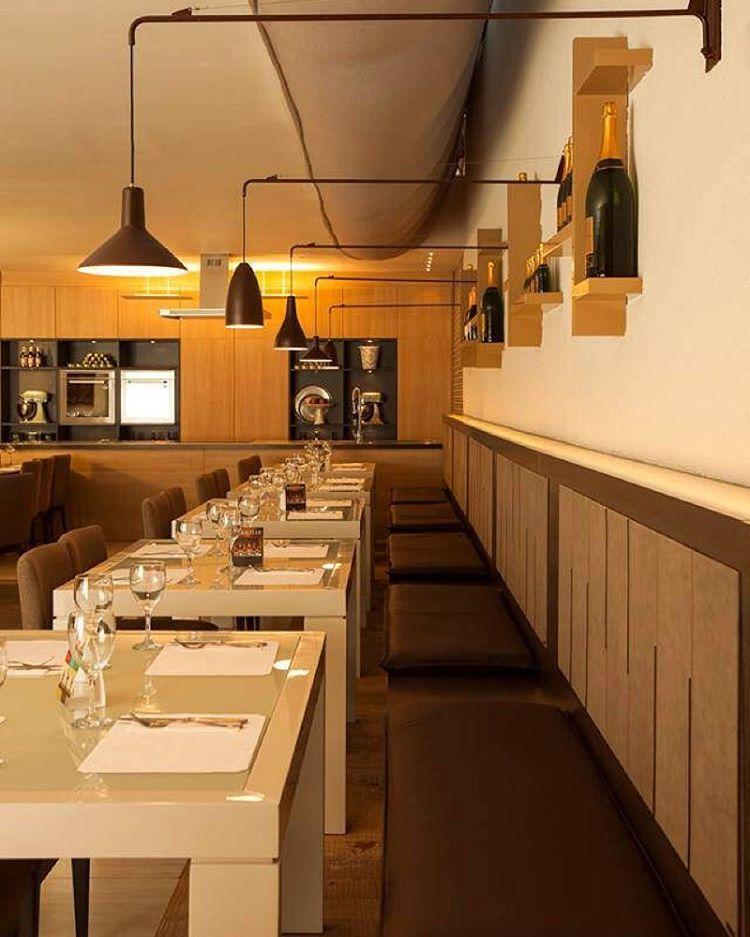 A iluminação do restaurante brasileiro Badebec na Casa Cor foi inspirada na biodiversidade das florestas brasileiras. #iluminaçãocasacorsp13 #contrateumarquiteto #féresbeharquitetura