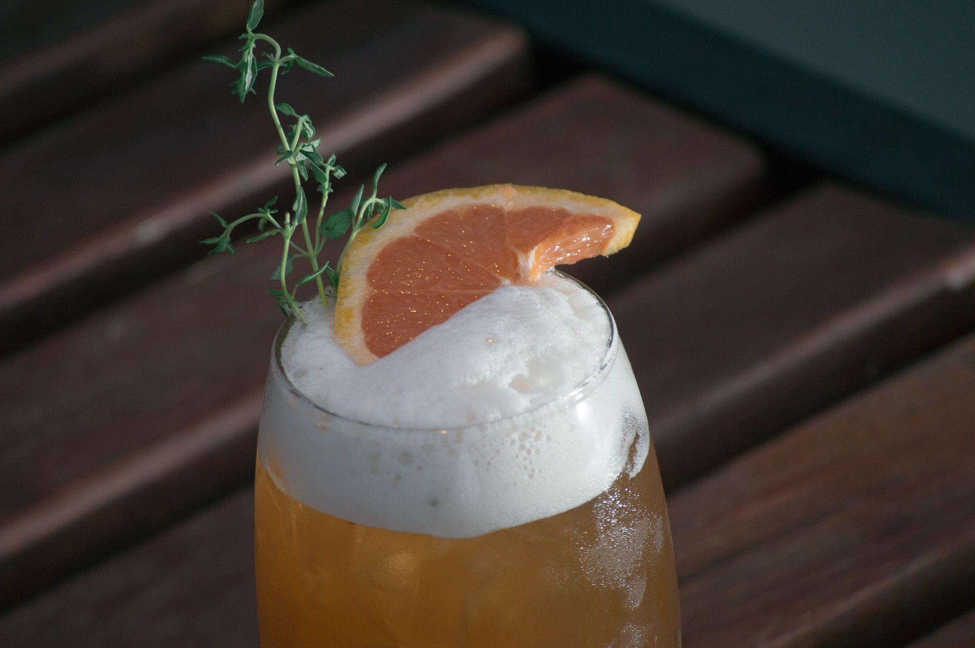 Mengueche. Marsala, aperol, maracuya, sour mix, clara de huevo, spray de ron con jengibre.  Bartender: Nicolas Del Re. Fuga RestoBar.