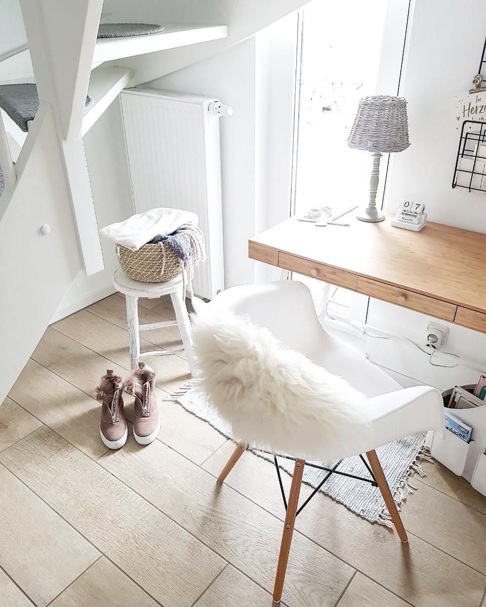 Ein Kuscheliges Fell Ein Wunderschoner Schreibtisch Und Ganz Viel Tageslicht Fertig Ist Ein Gem Einrichten Und Wohnen Zimmer Einrichten Minimalistisch Wohnen