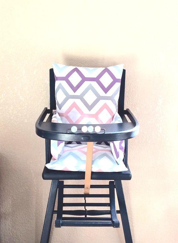 Coussin Chaise Haute Losanges Gris Bleu Rose Pale Mauve Ce Coussin Chaise Haute En Toile Ciree Au Motif Graphique Permet A Bebe D Etre High Chair Diy Decor