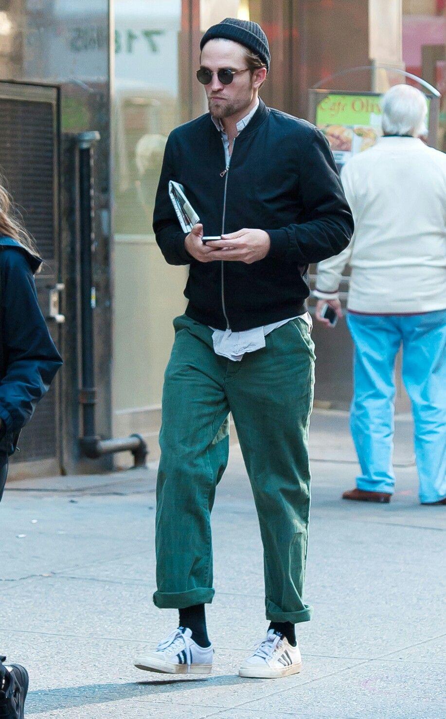 Robert Pattinson srtolling through New York eef93e5466bc3