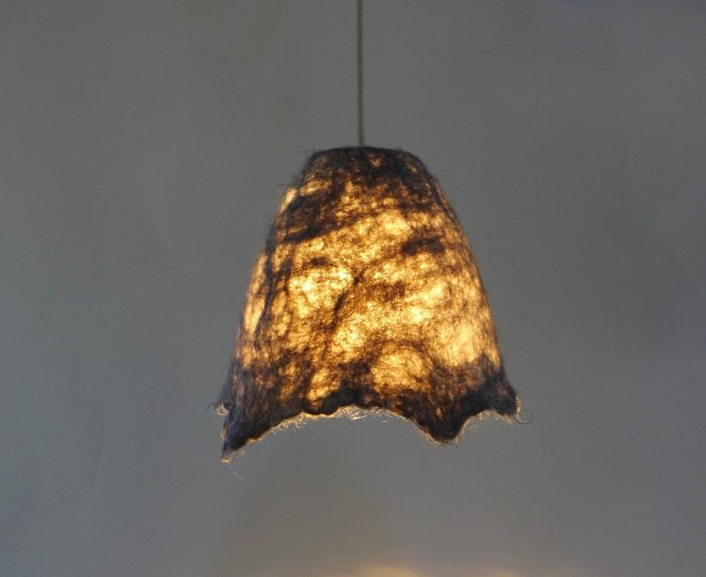 Handgefilzter Lampenschirm Gefilzte Naturlichen Warmen Grau Hangelampe Gefilzt Naturwolle Pendelleuchte Rohwolle Lampe Mit Naturliches Aussehen In 2020 Lamp Pendant Lamp Pendant Light