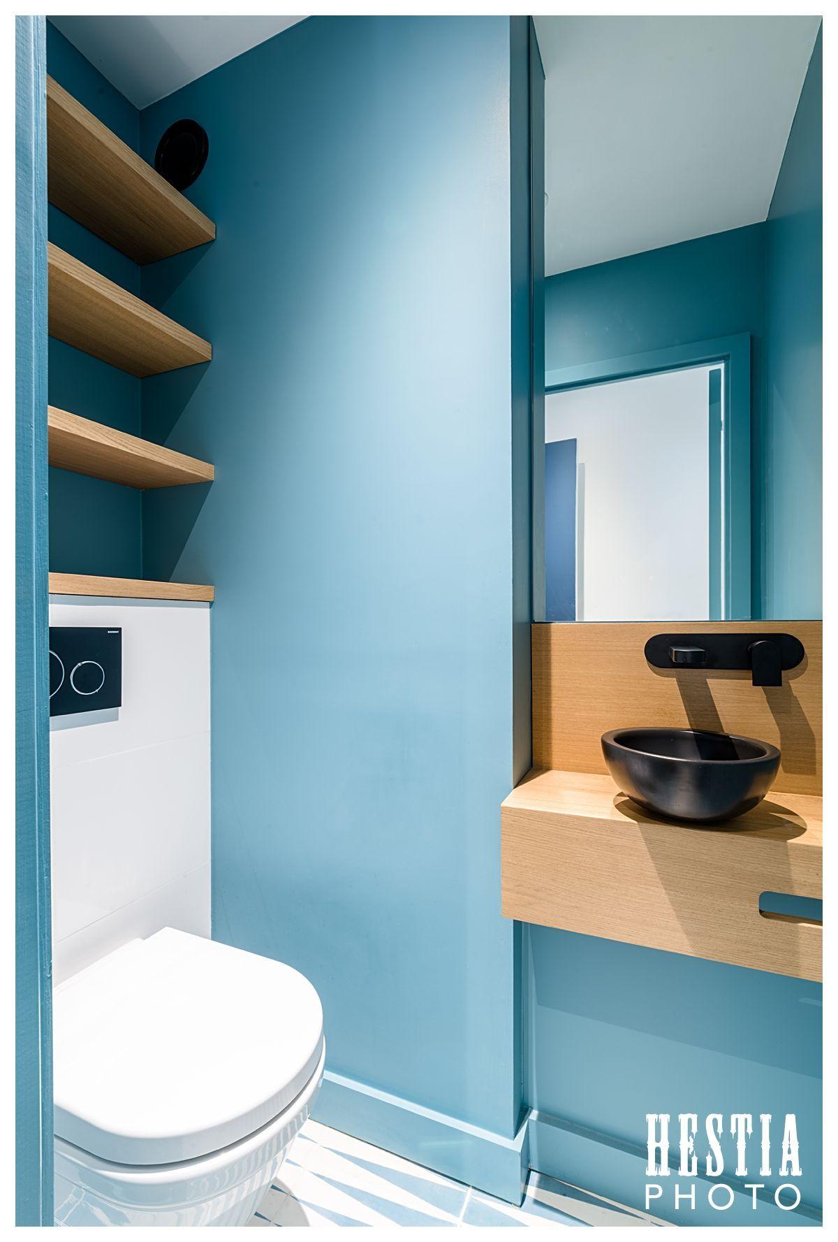 Amenagement Toilettes Wc Suspendu Mur Bleu Canard Et Vasque Noire Avec Plan En Bois Suspended T Amenagement Toilettes Wc Suspendu Decoration Salle De Bain
