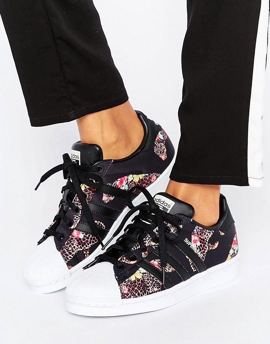 new product d6cd1 b2128 Zapatillas de deporte con estampado de leopardo multicolor Superstar de adidas  Originals X Farm. Zapatillas de deporte de Adidas, Diseño en colaboración  con ...
