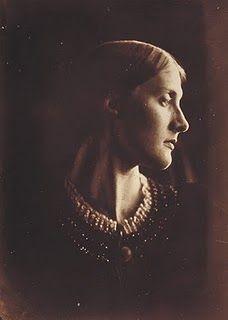 1867. Julia Prinsep Jackson, 21 ans est Mrs. Herbert Duckworth, future mère de  Virginia Wolf après son remariage avec Sir Leslie Stephen. Par Julia Margaret Cameron. Julia Jackson est la nièce et filleule de Julia Margaret Cameron.