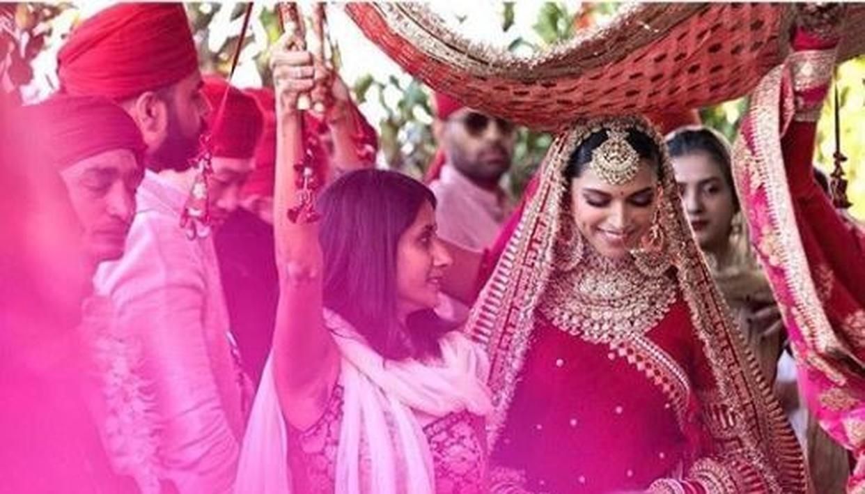 This Latest Picture Of Deepika Padukone From Her Varmala Ceremony Proves That She S Nothing Less Than A Quee Bollywood Wedding Indian Bridal Celebrity Weddings