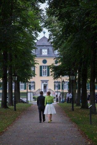noni- kurzes sommerliches Brautkleid mit weitem Rock und kleinem Kragen, breitem farbigen Gürtel und farbigem Jäckchen (www.noni-mode.de)