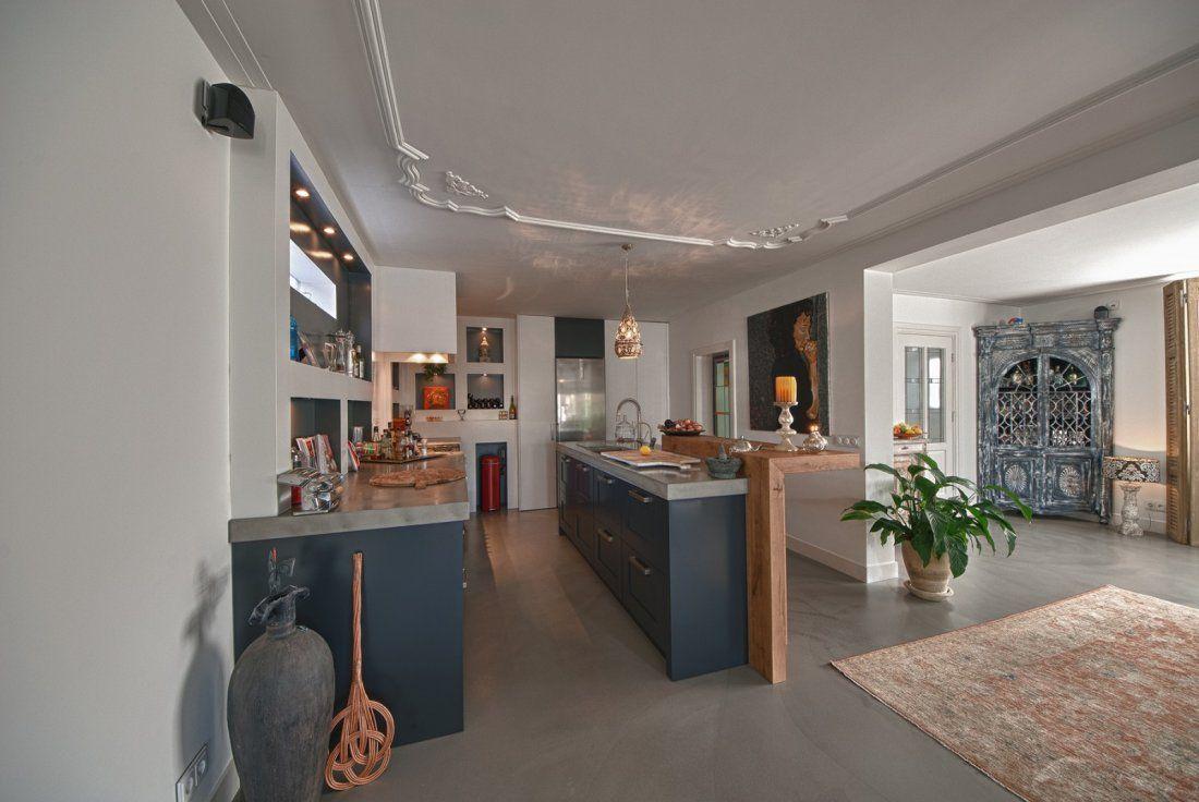 Donkere keuken met betonnen vloer keuken living