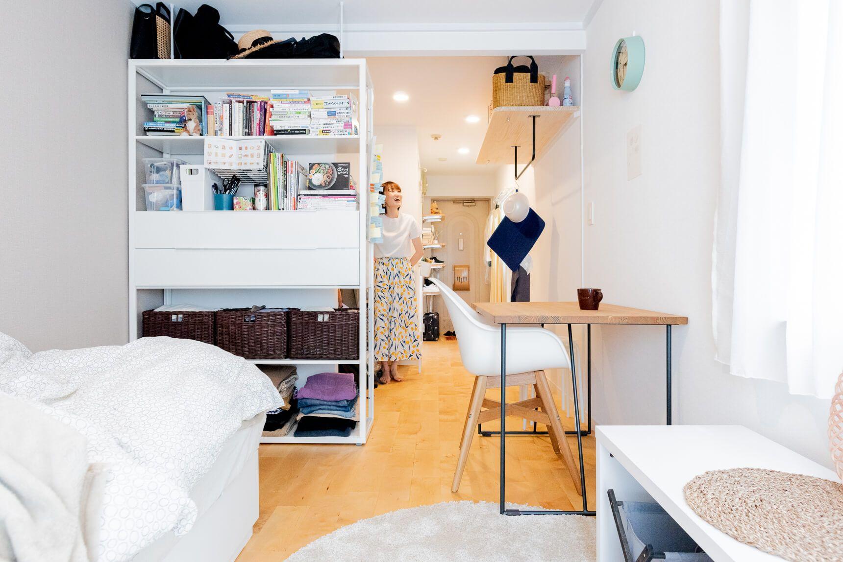 大きなテーブルと白いキッチン 週末はケーキ作りを楽しむ初めてのひとり暮らしの部屋 Goodroom Journal アパートのデコレーション インテリア 収納 部屋