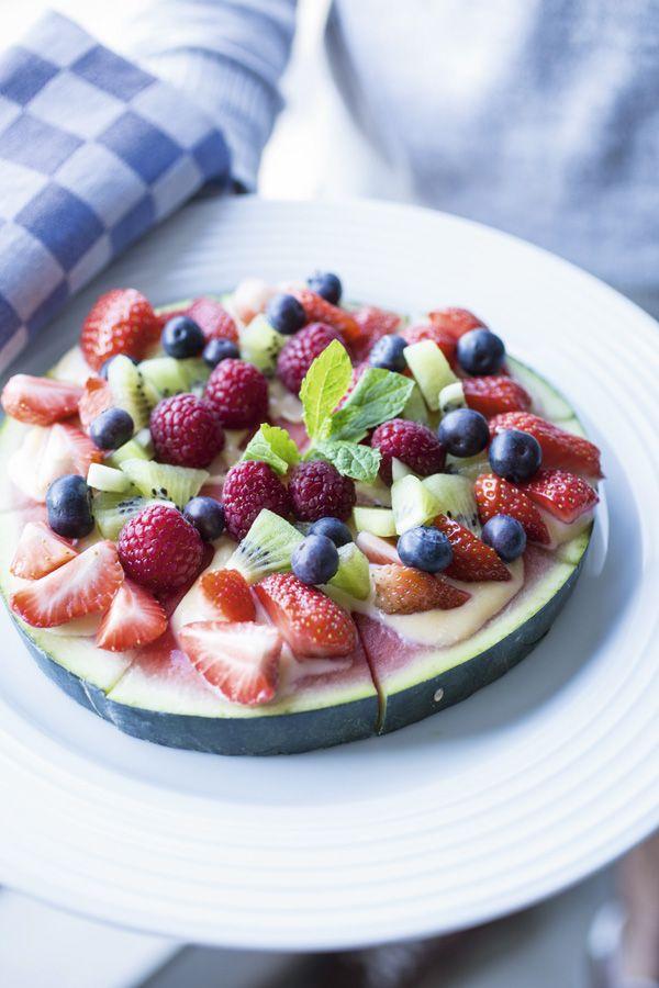 Watermeloen met kiwi, aardbei, blauwe bes, framboos en rabarbercurd