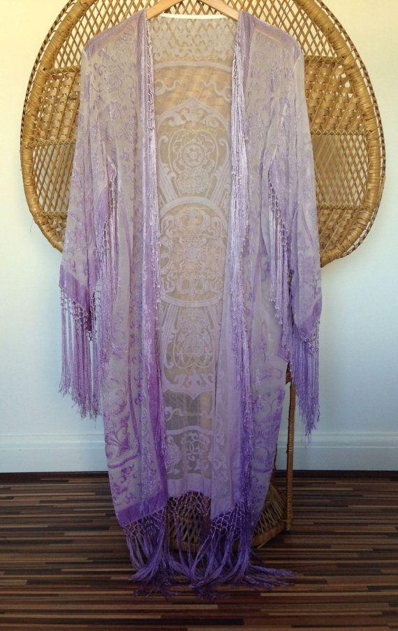 Chaqueta kimono preciosa Impresionante pastel lila que graduados delicadamente un poco más oscuro en la parte inferior cubrir a ti mismo en el magnífico diseño en una pura tela de terciopelo de la quemadura. mezcla suave cuelga alrededor dobladillo, brazo, puño de la manga y pecho  mediciones de parte superior del hombro a dobladillar 40 y 7 de fringe axila a axila cuando colocan acostadas 21 longitud de la manga 18 ancho de manga 9 Circunferencia de busto 43 43 circunferencia de la cintura…