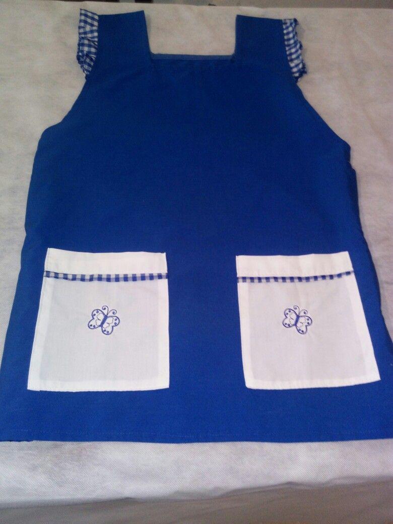 Delantal azul con bolsillos blancos .
