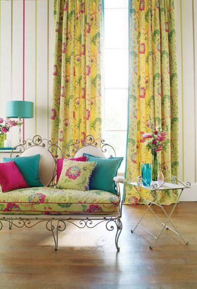 cortina romântica...colorida...sofá delicado