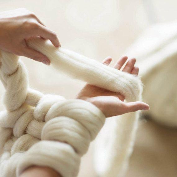 Como fazer cobertor usando apenas os braços - Tricô de braço  2d2284f7322