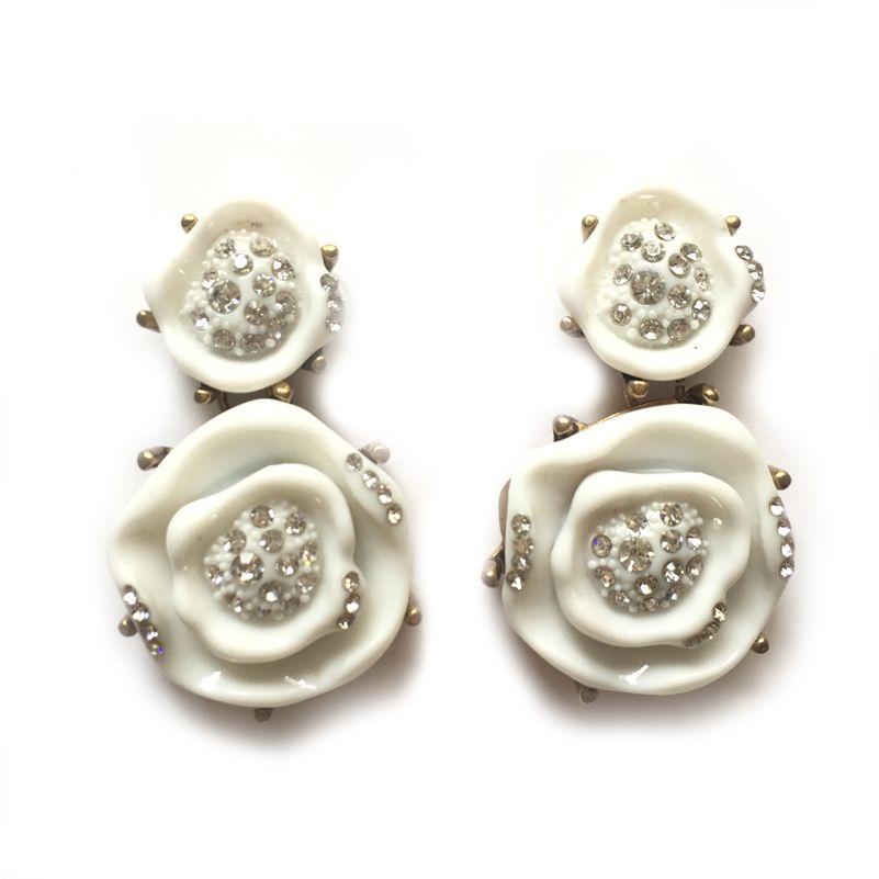-PENDIENTES BLANCA-  Pendientes largos formados por dos rosas blancas con pequeñas piedras brillantes engarzadas. La base es de metal dorado envejecido y tiene cierre de tuerca.  Medidas: 5,6 cm largo x 3 cm ancho. #PendientesJoya #FadVonDaiz #PendientesBlanca #Accesorios #Estilo