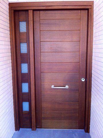 Puerta de entrada moderna para exterior en madera maciza y for Modelos de puertas de madera para exteriores