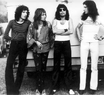 Now this is one groovy cool 1970's shot of QUEEN!!