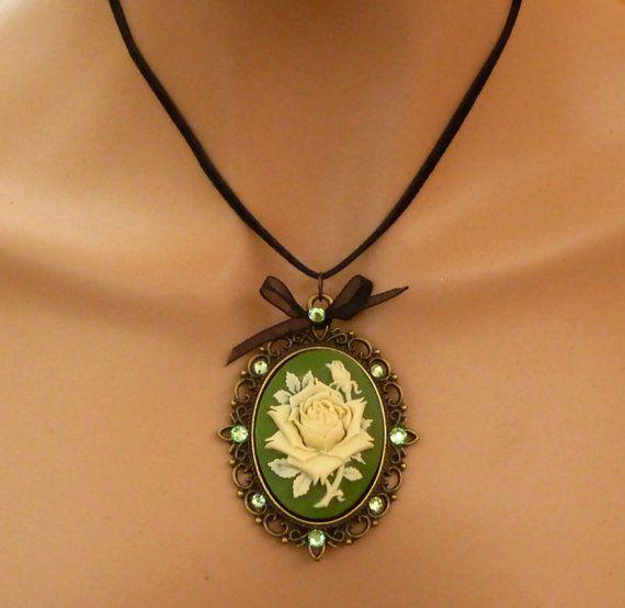 Große Kamee Halskette mit Rose in grün creme  von Schmucktruhe