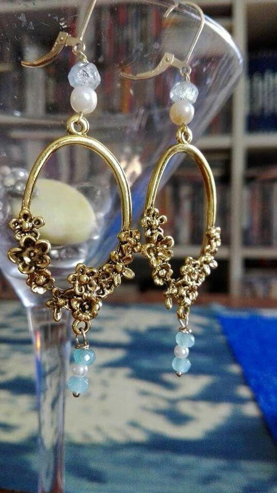 Orecchini placcati d'oro stile liberty con perle di fiume,piccole acquamarine e pietre dure