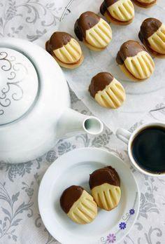 Křehoučké, jemné a chutné sušenky namočené do kvalitní čokolády. Můžete je slepit oblíbenou marmeládou, ale i bez lepení jsou vynikající.