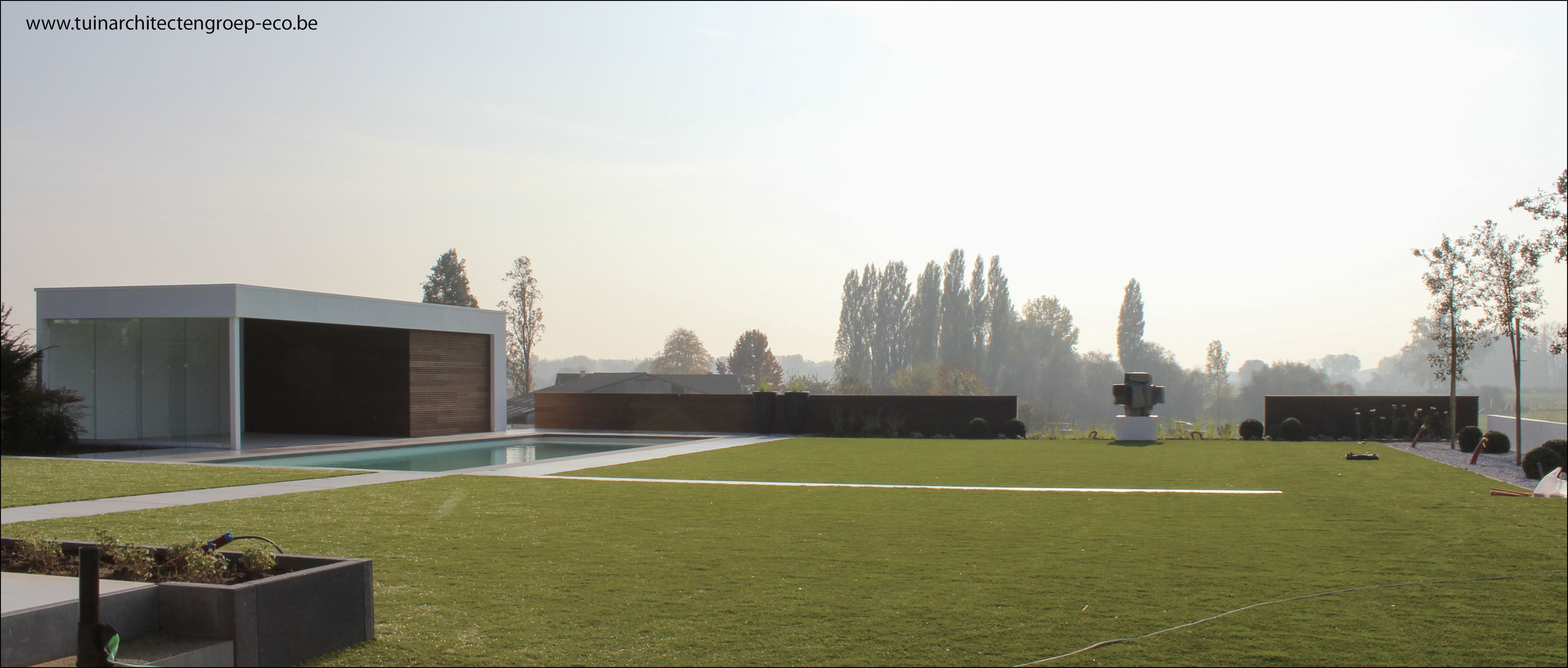 Moderne tuin met aluminium poolhouse zwembad met verdoken for Tuinarchitect modern