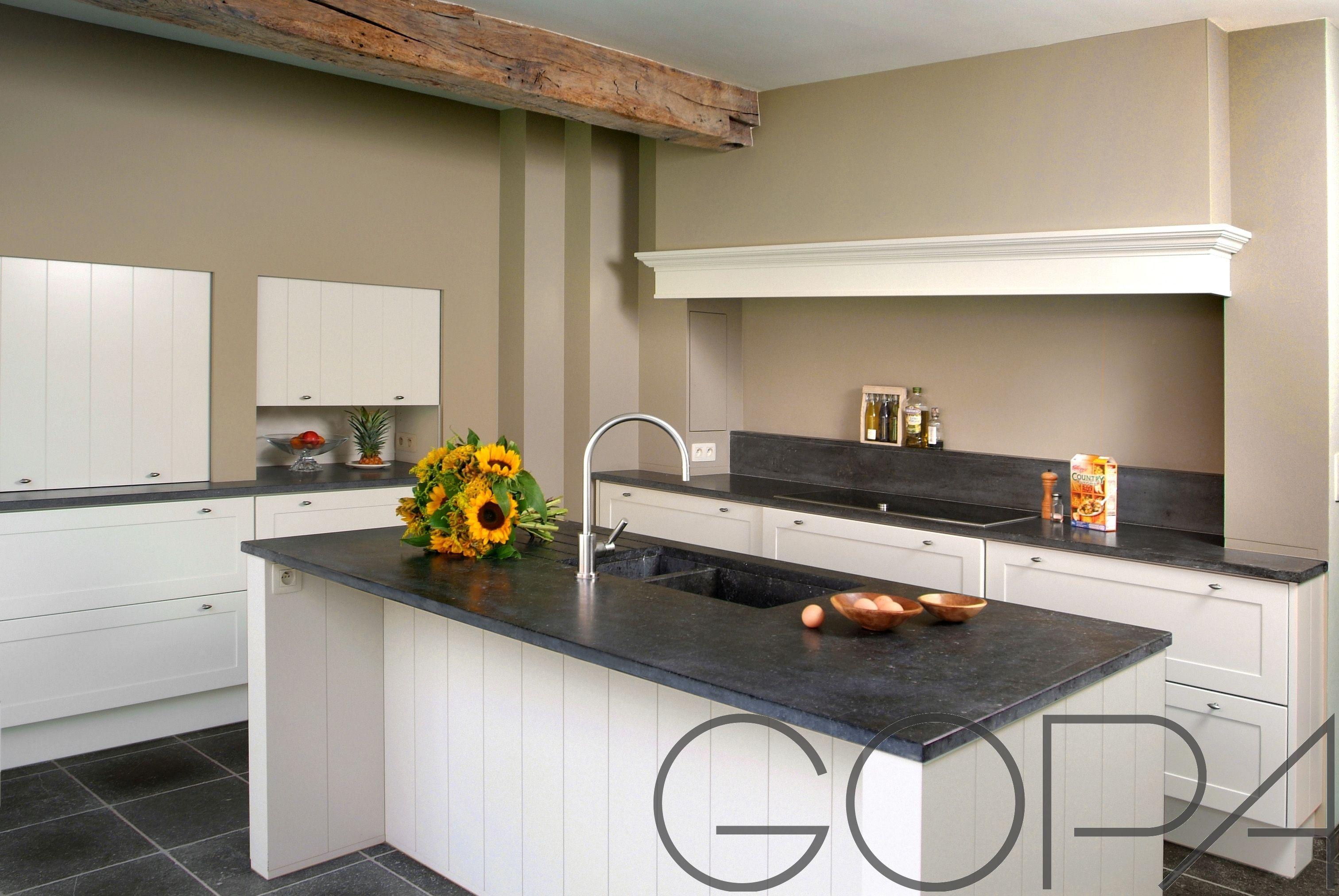 Gezellige landelijke keuken met dampkap verwerkt in luifel