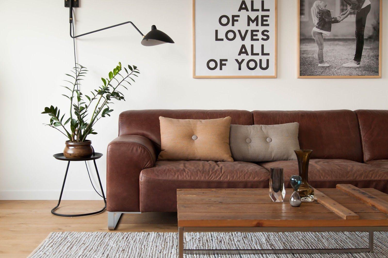 sofá de couro marrom + madeira + tapete + plantas #decor # ...
