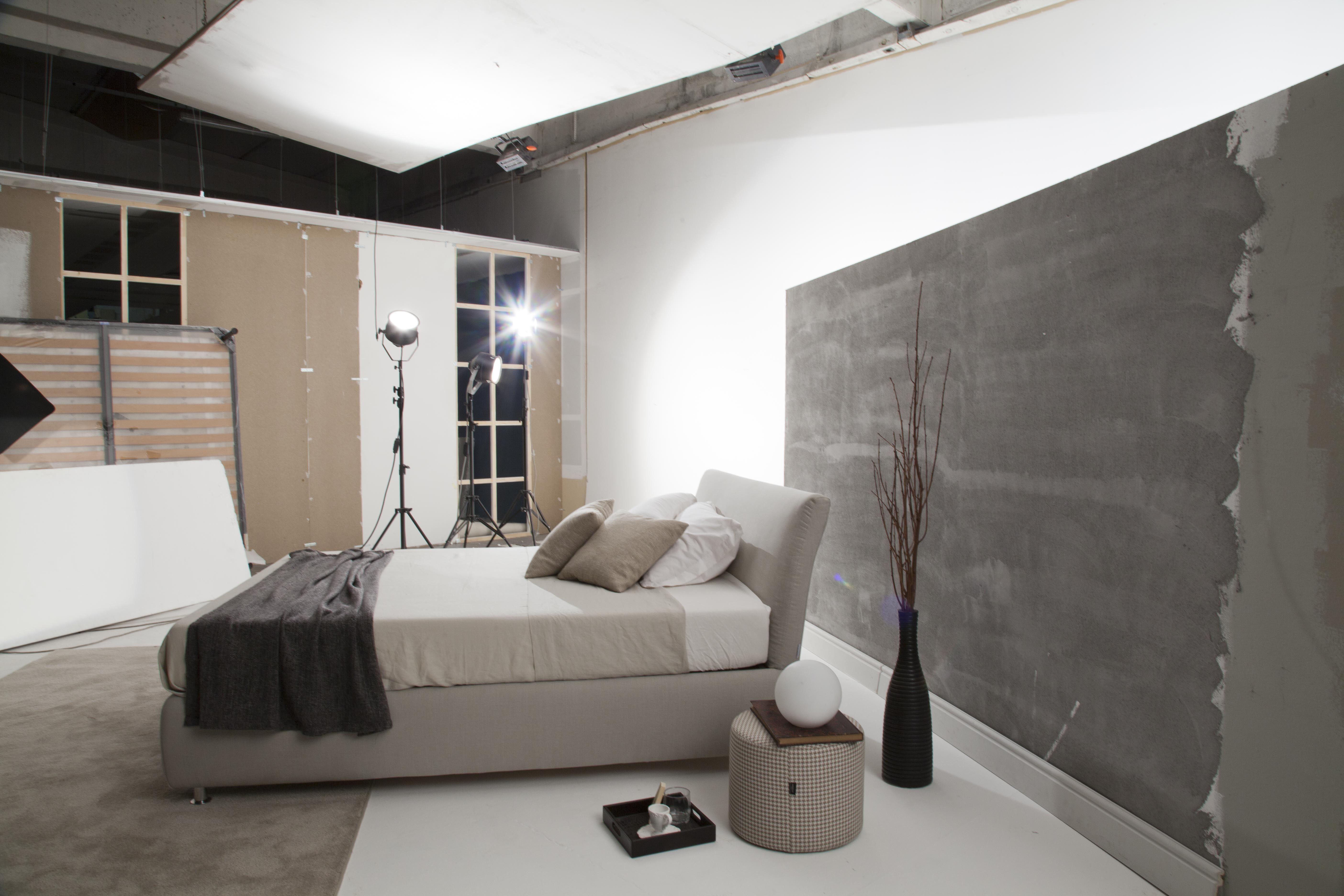 In sala pose stiamo fotografando ogni dettaglio del letto Design