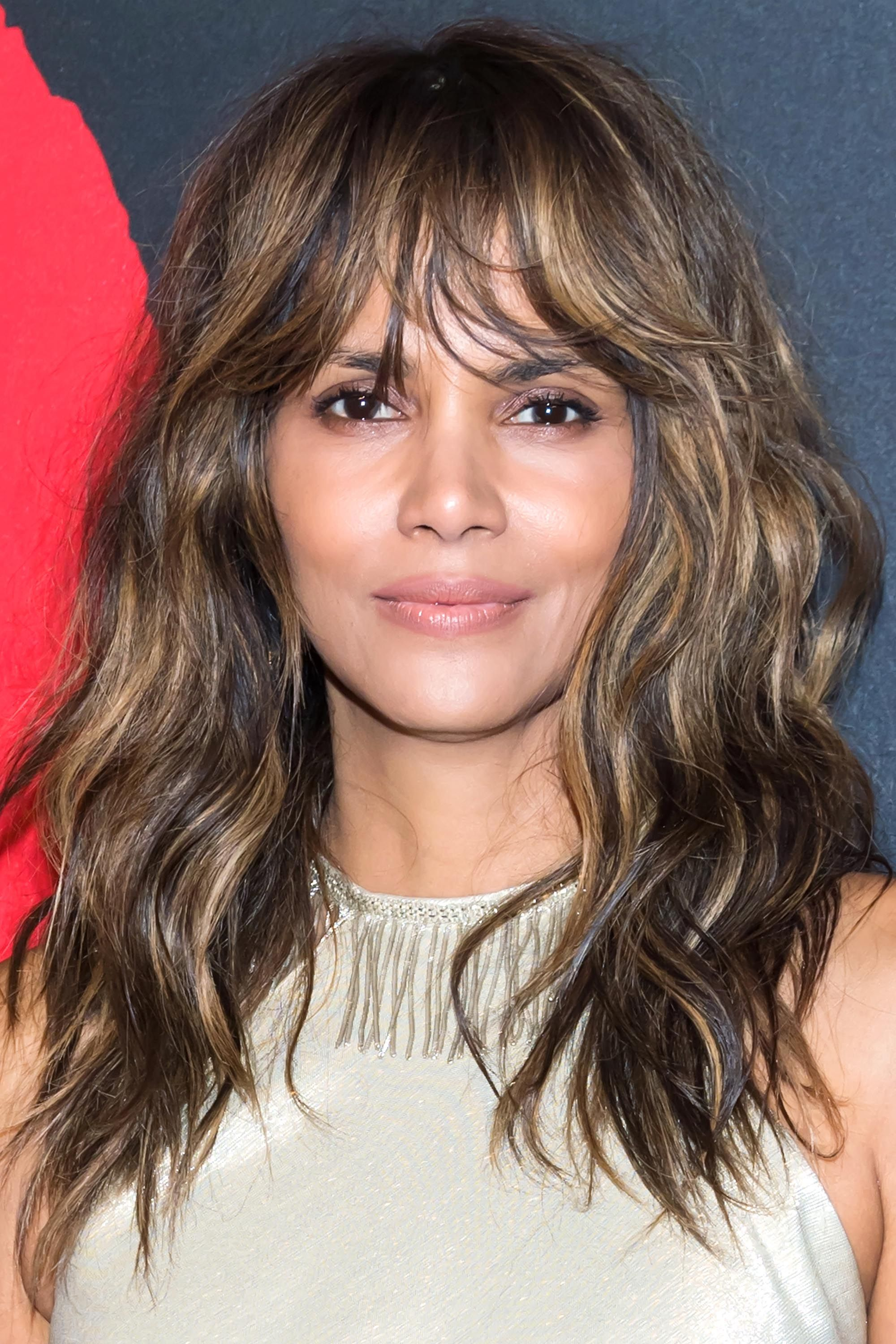 Coiffure Courte Halle Berry Dark Blonde Is The Answer To Platinum Blonde Fatigue
