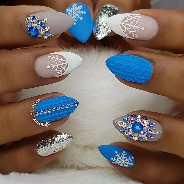 Short oval Christmas nails with blue sweater design and