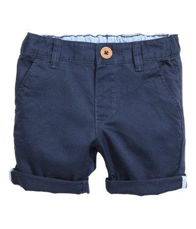 Shorts aus stretchigem, gewaschenem Baumwolltwill. Bund mit verstellbarem Gummizug und Knopf vorn. Seitentaschen und eine Ziertasche hinten.