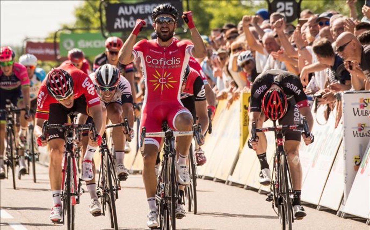 """Manu Lorenzo on Twitter: """"Nacer Bouhanni (Cofidis) vence en la 1ª etapa de la #Dauphiné en Saint-Vulbas y se lo dedica a Ali. Contador, líder. https://t.co/5vgeH3H9tV"""""""