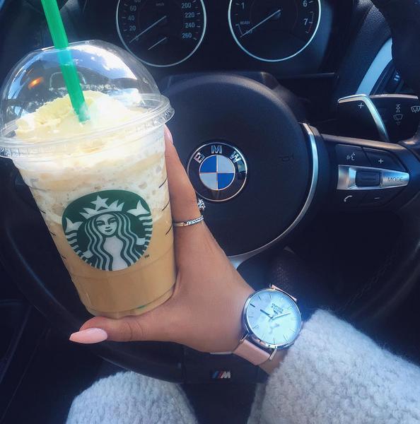 спортивная фото кофе старбакс в женских руках в машине укажите