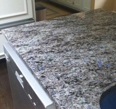 Blue #Eyes - Dieser grauer #Granit funkelt mit schillernden blauen - küchenarbeitsplatte aus granit