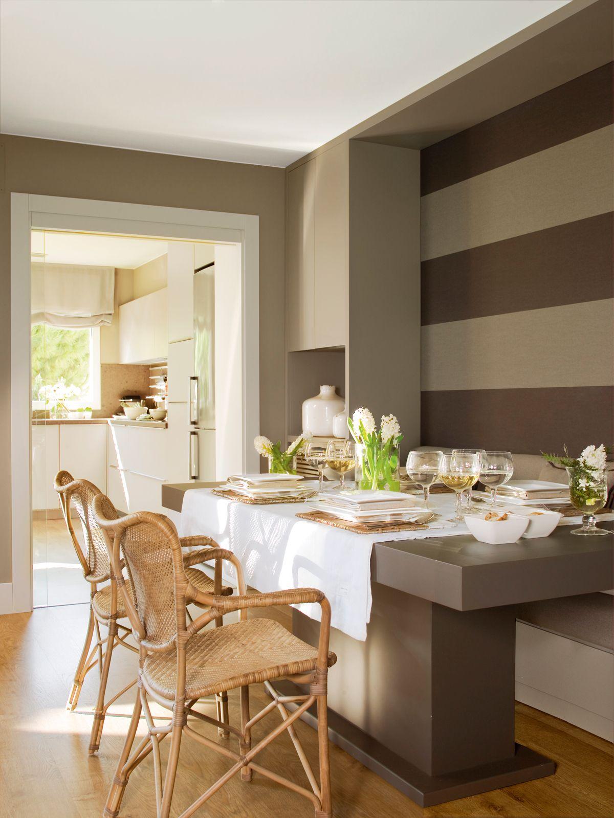 Ba o con azulejos blancos y papel pintado a rayas for Papel pintado madera blanca