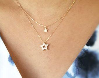 Einfache und elegante 925 Sterling Siilver CZ Embdedded sichelförmige Mond Charm und Sterling Silber Sternen am Sterling silber Kette.  * Dies ist zwei separate Halsketten.   * Mond Maßnahmen ca. 15 mm x 20 mm * Star misst 6mm   ---------------------------------------------------------------------- * Schmuck-Karte Optionen Bitte geben Sie Ihre Wahl einer Nachricht oder Ihre Kontaktanzeigen Nachricht in die Nachricht an den Verkäufer wie Sie auschecken.  #1 ich liebe dich bis zum Mond und…